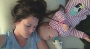 寝ているママの髪の毛を引っ張る赤ちゃん