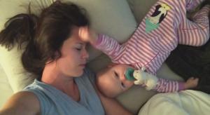 寝てるママにグーでパンチをする赤ちゃん