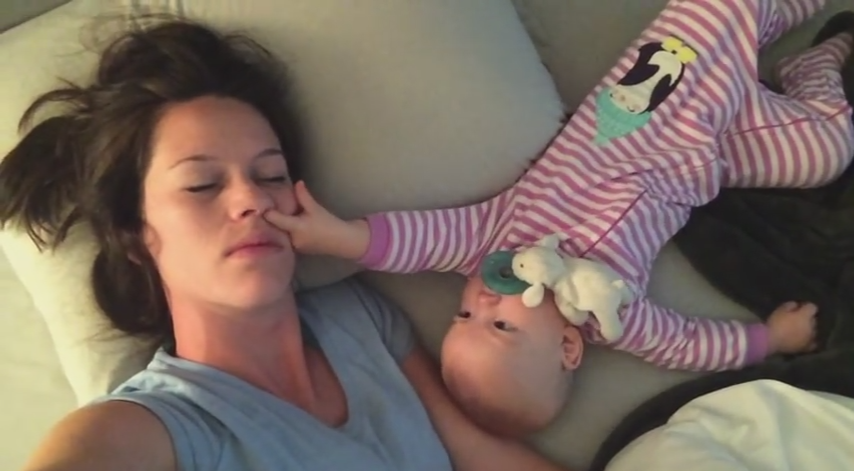 寝てるママの鼻の穴に再び指を突っ込む赤ちゃん