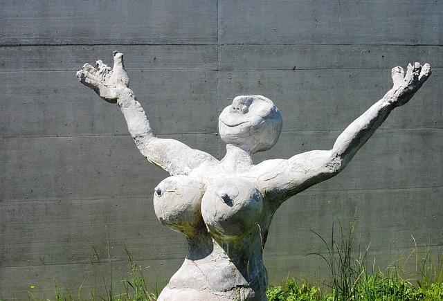 天を仰いで喜ぶ女性の像