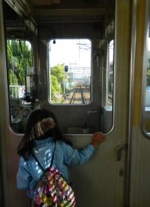 電車の先頭車両から線路を見ている風景